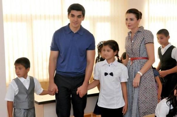 Лола Каримова с мужем и детьми