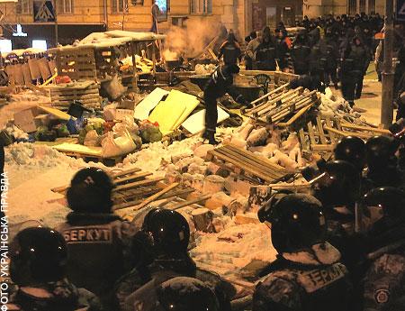 Силовики разобрали баррикады в Киеве