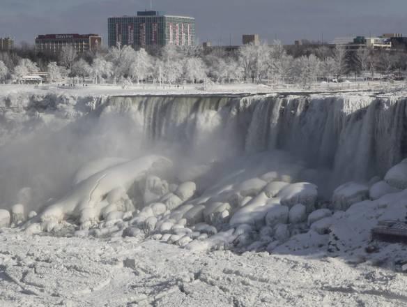 Морозы сковали льдом Ниагарский водопад