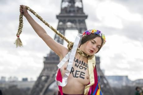 Femen провели акцию против Тимошенко в Париже: повесит Украину на своей косе