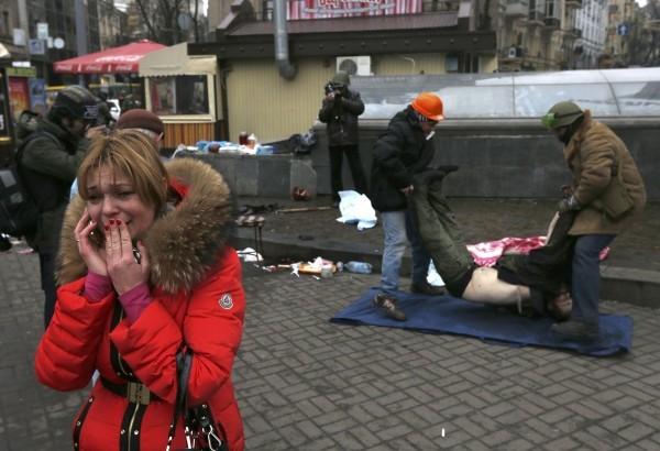 Майдан в Киеве залит кровью, убитых выносят десятками