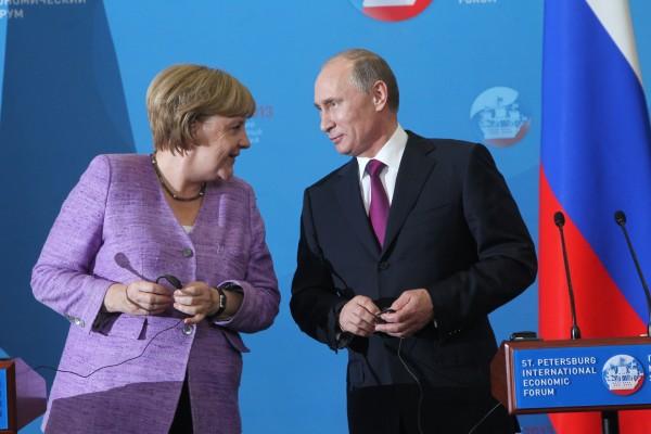 Меркель обсудила Путина с Обамой: он в другом мире