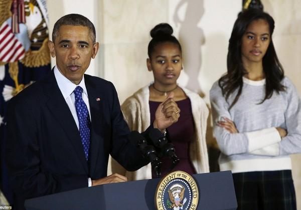 Дочерям Обамы не нравятся его шуточки, а в соцсетях ругают их критиков