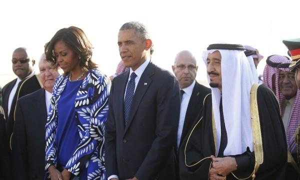 Американцы заступились за Мишель Обаму, которая пришла на похороны с непокрытой головой