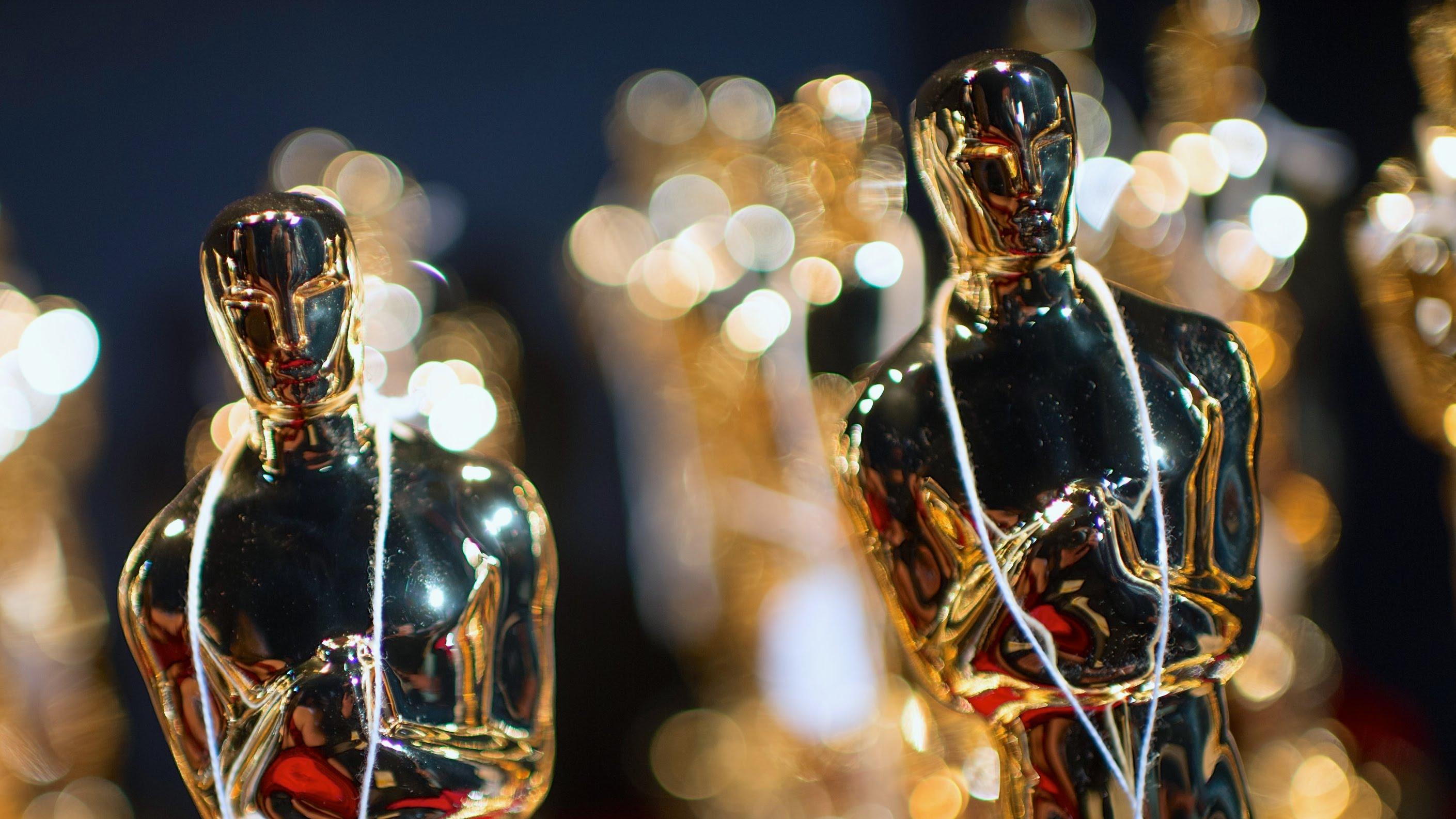 Лучшие моменты «Оскара-2015»: статуэтки из Lego, поцелуи Траволты и ведущий в трусах