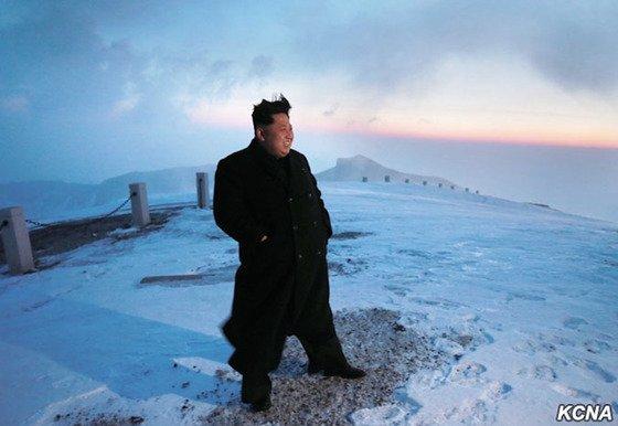 СМИ и блогеры высмеяли «покорение» Ким Чен Ыном горы в туфлях и плаще