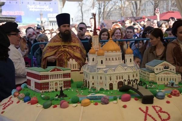 На раздаче гигантского кулича в Москве началась давка, женщине стало плохо
