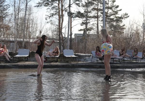 Видео: в Новосибирске девушки обнажились в луже против мэра