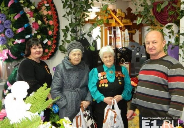 В Екатеринбурге ветеранов поздравили с Днем Победы в похоронном доме чаем и скидками на памятник