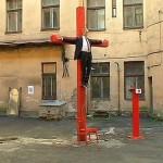 Мэр Риги назвал статую «распятого Путина» результатом употребления наркотиков