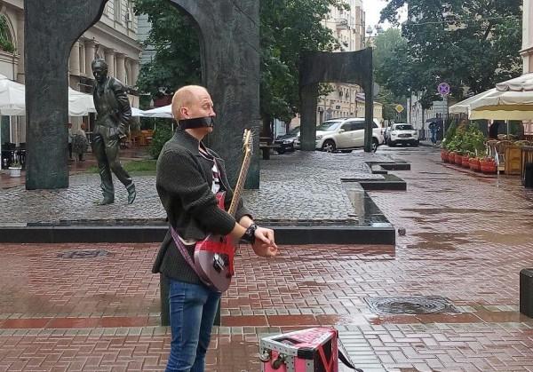На Арбате 40 уличных музыкантов устроили флешмоб против «репрессий» полиции