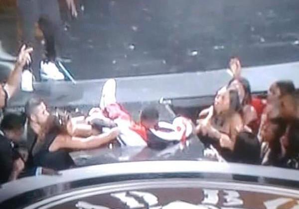 Видео: Пи Дидди провалился на сцене во время выступления