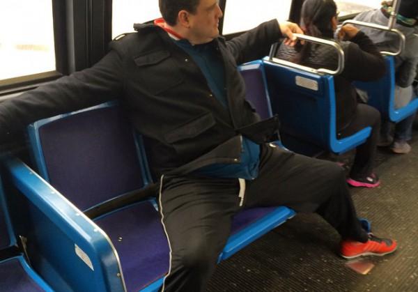 В Нью-Йорке арестовали двух мужчин за сидение с широко расставленными ногами в метро