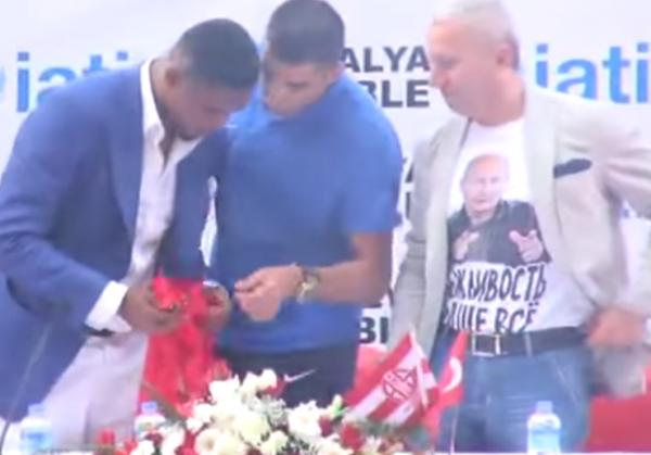 Уволен консул Украины в Турции, надевший футболку с фотографией Путина