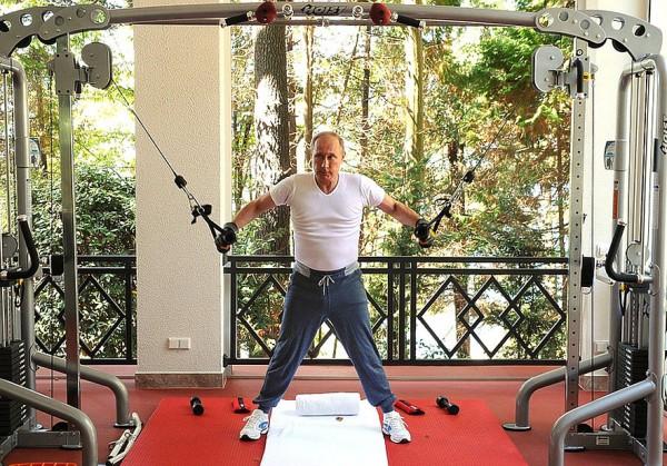 Стейки, чаепитие и тренажеры из США: главные темы для шуток о тренировке Путина и Медведева