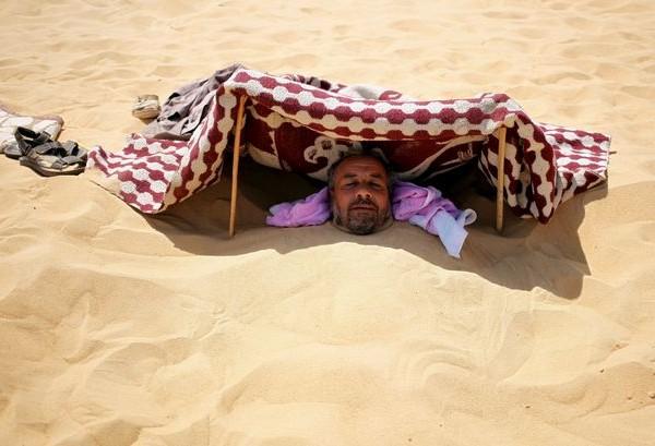 В Египте лечат от всех болезней закапыванием в раскаленный песок