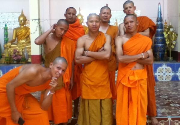 Потерянный в Лаосе iPod «выложил» в интернет личные фотографии буддийских монахов