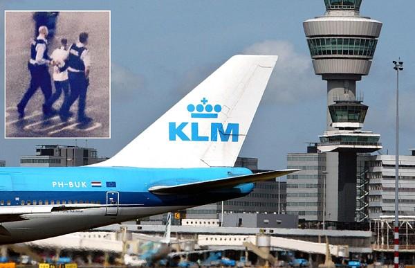 Штраф, арест и запрет на полеты. Шотландец перепутал дверь туалета с выходом из самолета