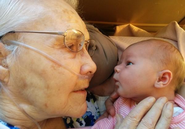 Вирус дня: новорожденная правнучка встречает 92-летнюю прабабушку