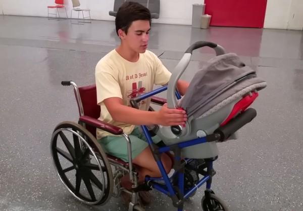 Американский школьник изобрел детскую коляску для мам в инвалидном кресле