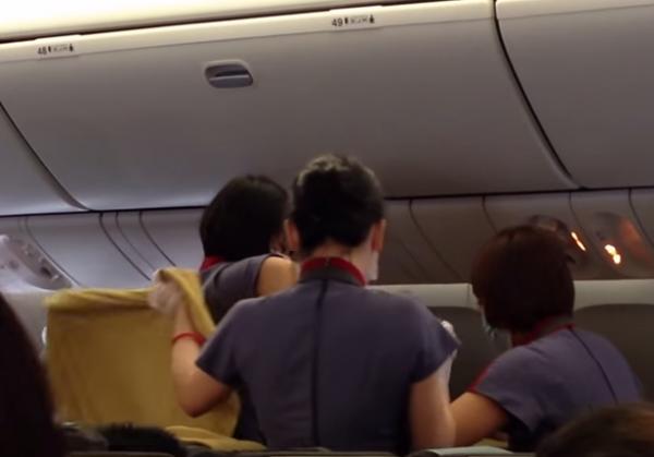 Родившую на борту самолета женщину депортировали из США и готовят крупный штраф