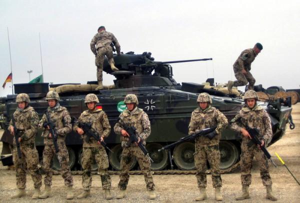 ** ARCHIV ** Deutsche ISAF Soldaten stehen am 8. Februar 2007 in Mazar-e-Sharif, noerdlich von Kabul. Bundeswehrsoldaten sind in Afghanistan offenbar nur knapp einem Anschlag entkommen. Wie das Verteidigungsministerium am Mittwoch, 21. Mai 2008, in Berlin bestaetigte, wurden in der Naehe des Stuetzpunkts Masar-i-Sharif vergangene Woche zwei Maenner festgenommen, die 300 Kilogramm Sprengstoff in ein Auto geladen hatten. Ziel der beiden sei der ISAF-Stuetzpunkt in Masar-i-Sharif gewesen, wo 80 Prozent der Truppen Deutsche sind. (AP Photo/Archiv) ** zu APD0457 ** --- ** FILE ** A Feb. 8, 2007 file photo shows German soldiers of the International Security Assistance Force (ISAF) standing in front of an armored personal carrier vehicle during a demonstration to media at the German military base in Mazar-e- Sharif, the capital of Balkh province, north of Kabul, Afghaninstan. (AP Photo/File)