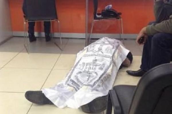 В Рязани мужчина умер в очереди в налоговой и лежал два часа на полу