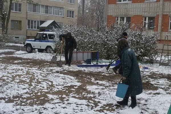 «Единоросс» снес «подаренную» жителям детскую площадку после выборов