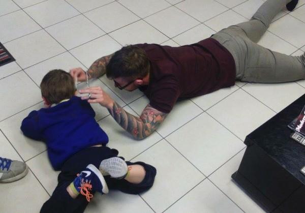 Мальчик-аутист боялся стрижки и этот парикмахер нашел выход из ситуации