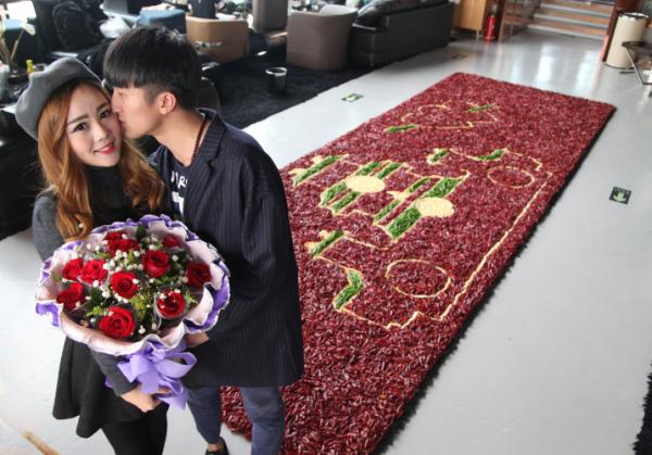 Китаец сделал предложение своей девушке на ковре из тысяч перцев чили
