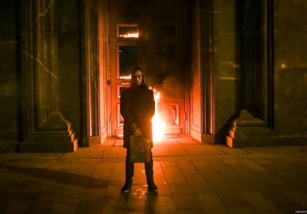 Художник Павленский облил бензином и поджег здание ФСБ в Москве