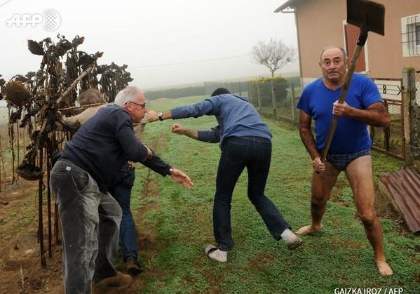 Как фермер без штанов и с лопатой в руке хотел прогнать экологов, а стал хитом в сети