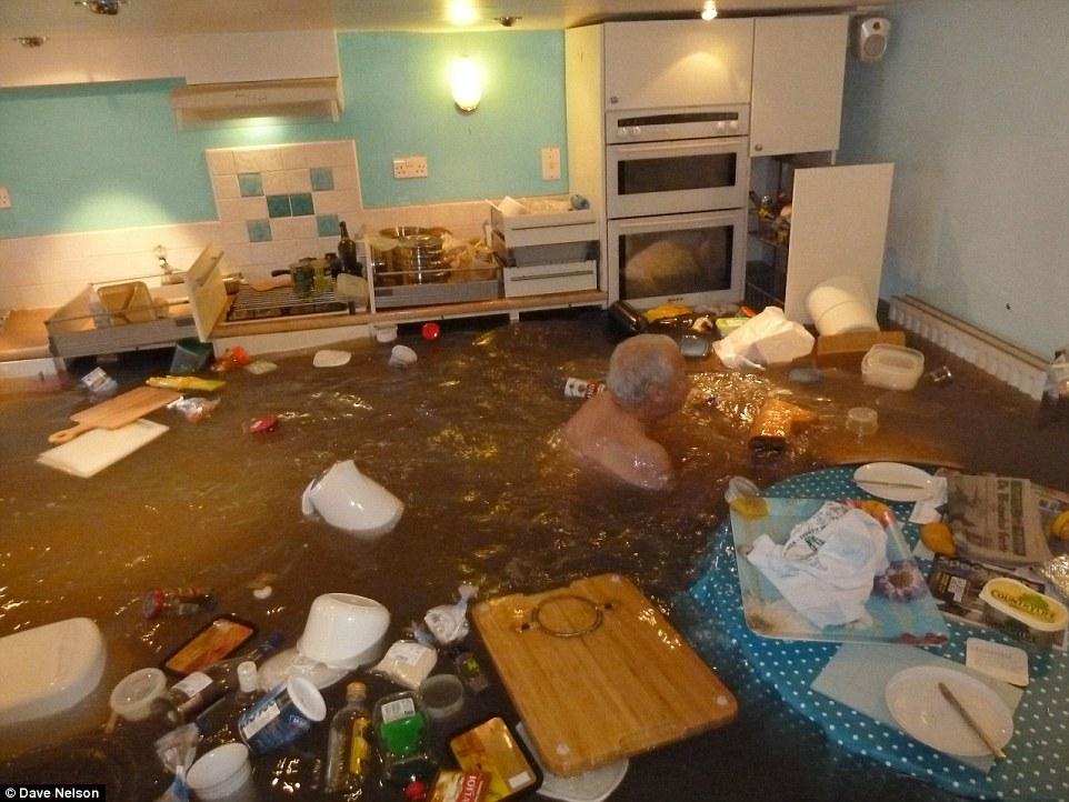 Наводнение в Англии и позитивный пенсионер