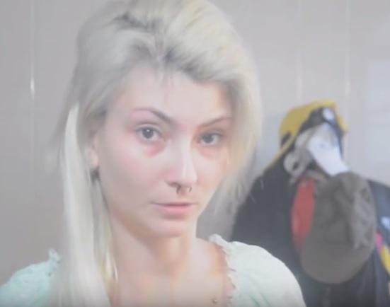 девушка похожа на барби без макияжа