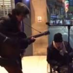 Видео: бездомный, спевший с уличным музыкантом, покорил прохожих и интернет