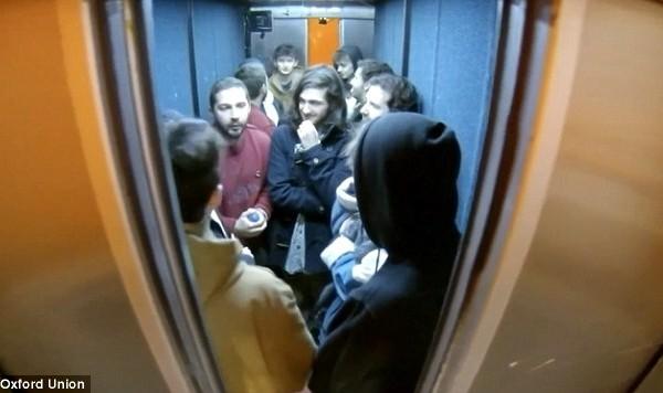 Перформанс «24 часа в лифте». Шайа ЛаБафу пришлось ударить студента по лицу
