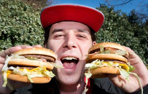 «Я ни о чем не жалею». Британец рассказал, зачем изменил имя на «Двойной Чизбургер с Беконом»
