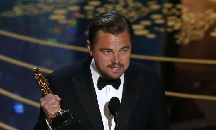 """Видео: как Леонардо Ди Каприо чуть не забыл статуэтку """"Оскара"""" в ресторане"""