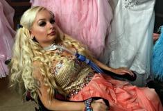 «Я не могу двигаться». История единственной в мире девушки-Барби с инвалидностью