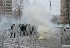 Колючая проволока и дубинки. В Смоленске показали разгон митинга недовольных граждан