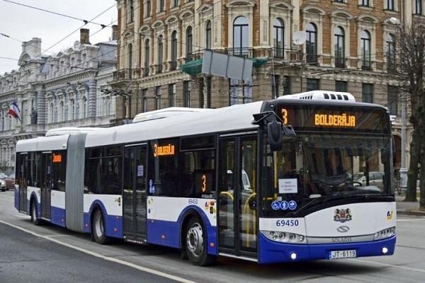 Дебоширку-матерщинницу из рижского автобуса отыскали с помощью соцсетей