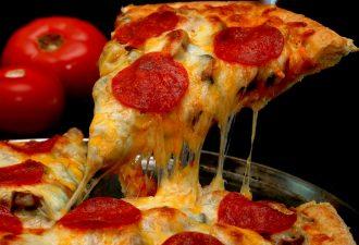 «Это прекрасно». Девушка, которая уплетает пиццу на виду у камер, набирает популярность в сети