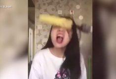 Азиатская девушка едва не сняла с себя скальп, поедая кукурузу на дрели