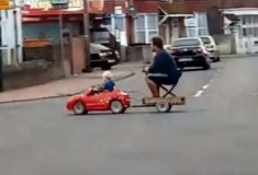 Видео: маленький мальчик везёт папу домой на игрушечной машине