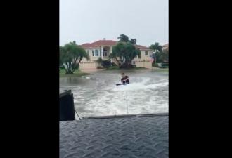 Видео: парень прокатился по затопленному городу на доске для ниборда