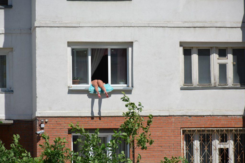 Соседка загорает