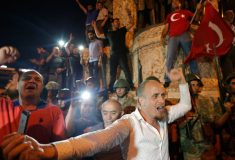 Мятежники захватили фрегат ВМС Турции и командующего флотом