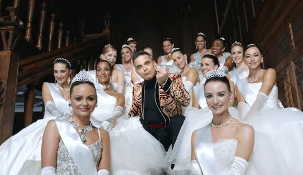Девушки танцуют в платьях видео