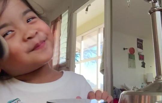 Трёхлетняя девочка стала звездой в сети после публикации своего бьюти-блога