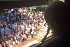 Видео: 400 студентов пришли к дому больного раком профессора и спели песню